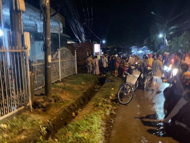 Hàng trăm người chui xuống cống tìm người phụ nữ bị nước cuốn ở Đồng Nai-3