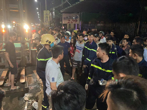 Hàng trăm người chui xuống cống tìm người phụ nữ bị nước cuốn ở Đồng Nai-5
