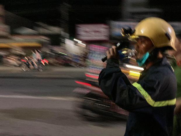 Hàng trăm người chui xuống cống tìm người phụ nữ bị nước cuốn ở Đồng Nai-7