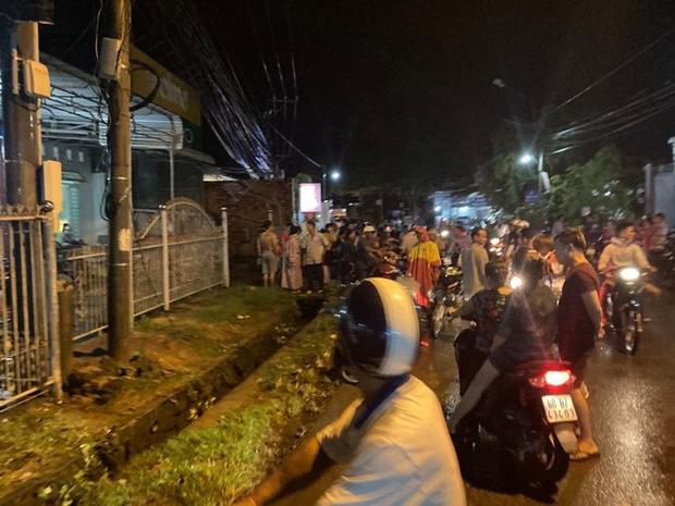 Hàng trăm người chui xuống cống tìm người phụ nữ bị nước cuốn ở Đồng Nai-8