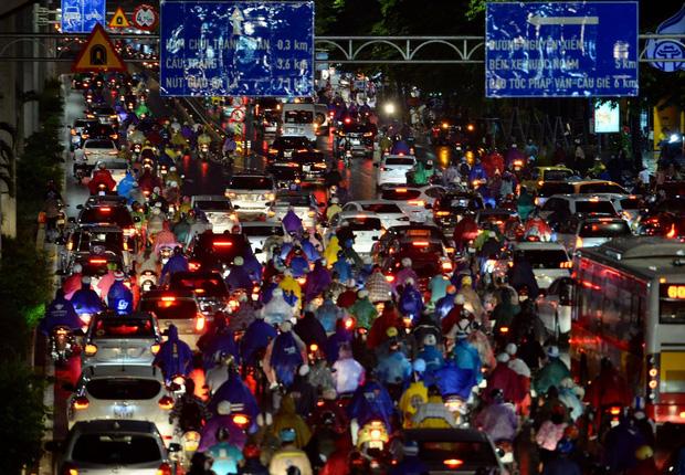 Đường phố Hà Nội đang ùn tắc kinh hoàng hàng giờ liền sau trận mưa lớn, dân công sở kêu trời vì không thể về nhà-1