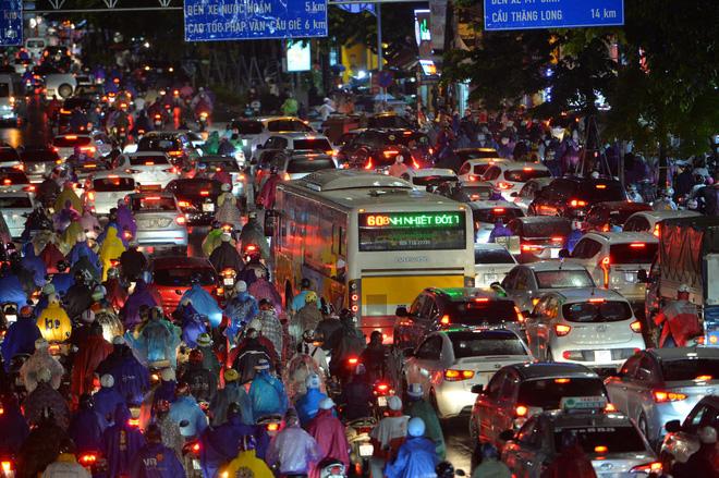 Đường phố Hà Nội đang ùn tắc kinh hoàng hàng giờ liền sau trận mưa lớn, dân công sở kêu trời vì không thể về nhà-3