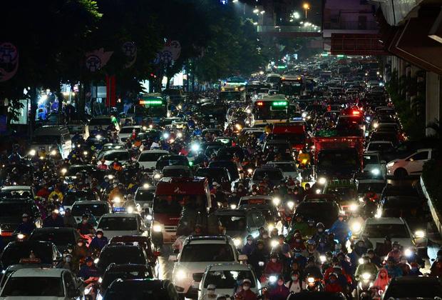 Đường phố Hà Nội đang ùn tắc kinh hoàng hàng giờ liền sau trận mưa lớn, dân công sở kêu trời vì không thể về nhà-5