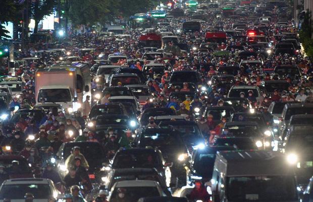Đường phố Hà Nội đang ùn tắc kinh hoàng hàng giờ liền sau trận mưa lớn, dân công sở kêu trời vì không thể về nhà-6