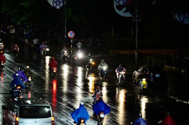 Đường phố Hà Nội đang ùn tắc kinh hoàng hàng giờ liền sau trận mưa lớn, dân công sở kêu trời vì không thể về nhà-7
