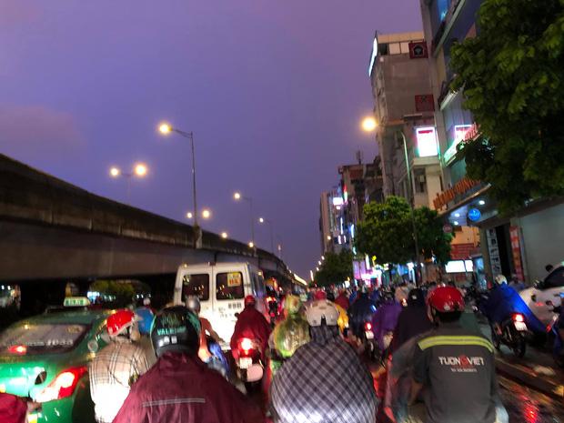 Đường phố Hà Nội đang ùn tắc kinh hoàng hàng giờ liền sau trận mưa lớn, dân công sở kêu trời vì không thể về nhà-8