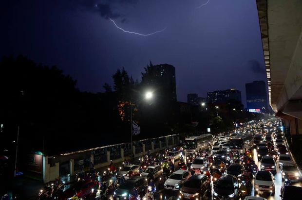 Đường phố Hà Nội đang ùn tắc kinh hoàng hàng giờ liền sau trận mưa lớn, dân công sở kêu trời vì không thể về nhà-9