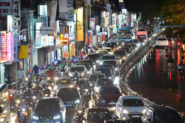 Đường phố Hà Nội đang ùn tắc kinh hoàng hàng giờ liền sau trận mưa lớn, dân công sở kêu trời vì không thể về nhà-15
