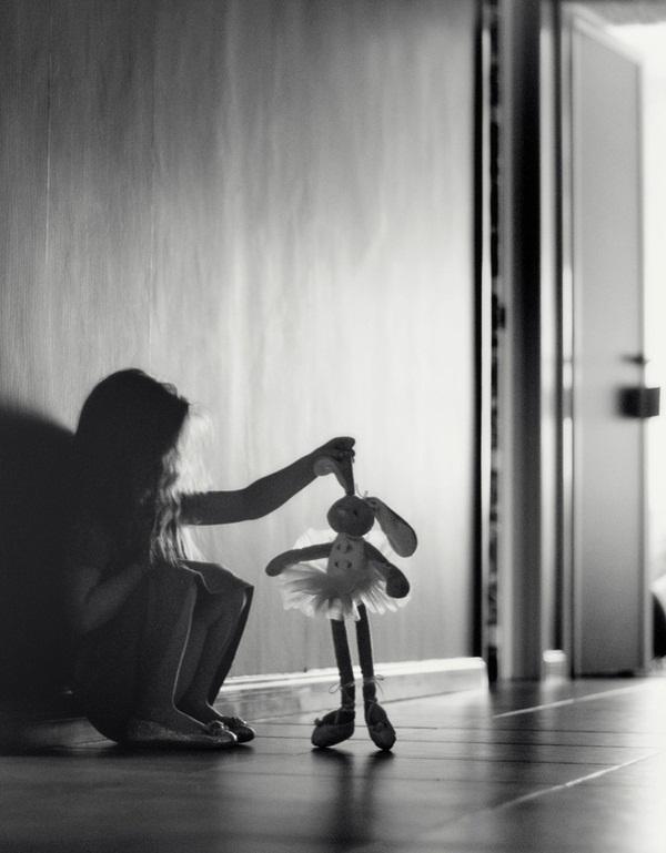 Nghe thấy tiếng búp bê khóc, bé gái 4 tuổi liên tục mất ngủ, người mẹ dửng dưng cho đến khi phát hiện sự thật kinh hoàng-2