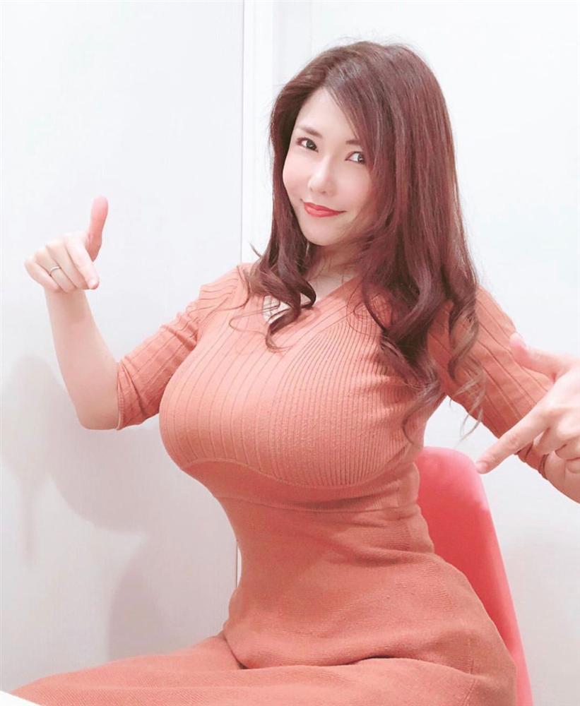 Nữ người mẫu khổ sở vì chửa ngực khiến vòng 1 lên đến 1m20, sau sinh ngực lại càng to hơn-8
