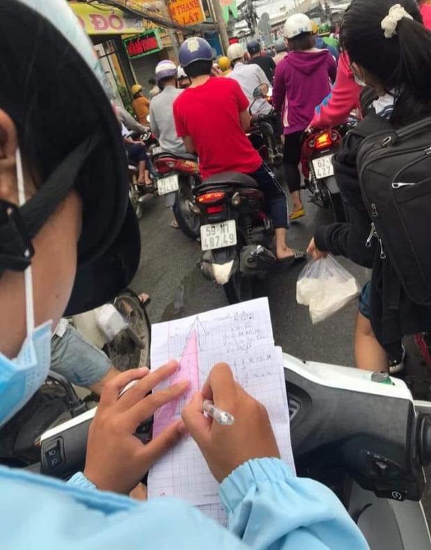 Quên làm bài tập vì mải ngủ, lại gặp tắc đường, nữ sinh làm hành động lạ khiến ai cũng chú ý-1