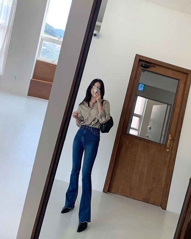 Jeans ống loe: Chiếc quần tôn dáng bậc nhất thu này nhưng liệu bạn đã biết cách diện chuẩn?-1