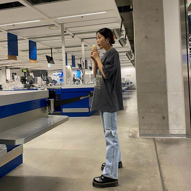 Jeans ống loe: Chiếc quần tôn dáng bậc nhất thu này nhưng liệu bạn đã biết cách diện chuẩn?-7