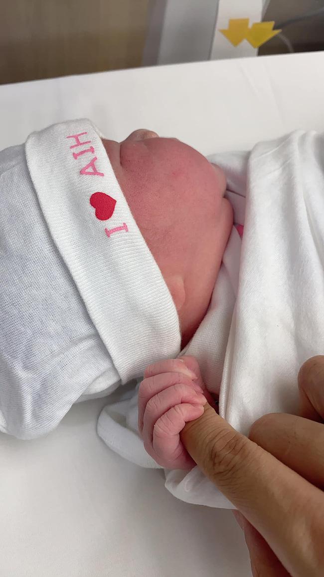 Thu Thủy đã sinh con gái cho chồng trẻ, hé lộ gương mặt cực đáng yêu của nhóc tỳ-2