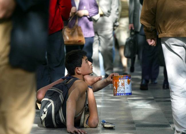 Bị bắt ăn ớt để... đổi lấy tiền, cô bé nghèo gượng cười nhưng vẫn bật khóc vì quá cay, ai xem cũng nhói lòng-5