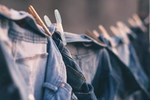 Quần áo nên phơi mặt phải hay mặt trái? Chỉ cần thêm một thao tác này đảm bảo áo quần luôn phẳng phiu và không bao giờ sợ bạc màu!