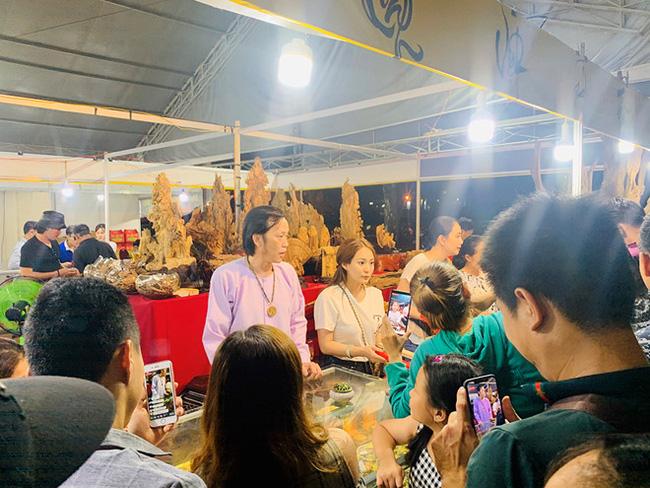Loạt tình huống khốn đốn khi sao Việt đi chợ: Hài hước nhất là Trấn Thành, Trường Giang bị sờ má, kéo áo giữa khung cảnh náo loạn-1