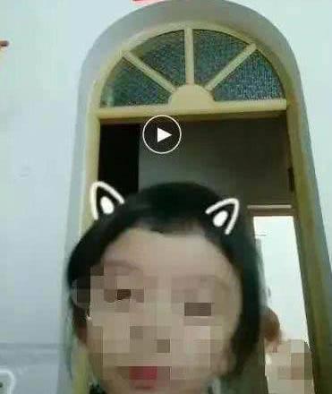 Con nghịch điện thoại, vô tình livestream toàn bộ cảnh hớ hênh của mẹ lên mạng-2