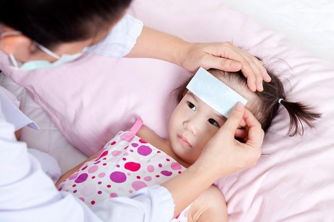 Bác sĩ bệnh viện Nhi chia sẻ những sai lầm khi xử trí bé sốt tại nhà nhiều bố mẹ mắc phải-1