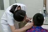 Bé trai 7 tuổi bị đau tai, đi châm cứu thì méo miệng, nháy mắt liên tục: Sau 1 lần lấy ráy tai, bác sĩ phát hiện ngay ra bệnh