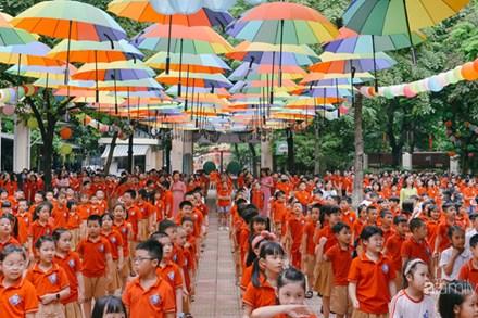 Trường tiểu học ở Hà Nội trang trí nổi bật cả vùng trời, học sinh phấn khích như đi hội, ai đi ngang qua cũng phải ngước nhìn