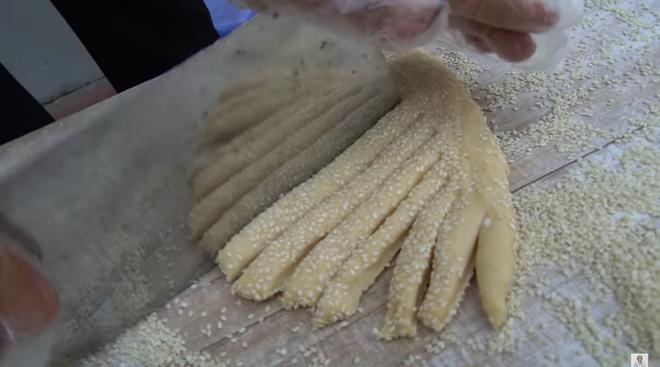 Làm món bánh tiêu phiên bản kinh dị, bà Tân Vlog bị soi nấu ăn mất vệ sinh-4