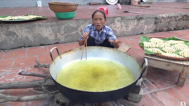 Làm món bánh tiêu phiên bản kinh dị, bà Tân Vlog bị soi nấu ăn mất vệ sinh-5