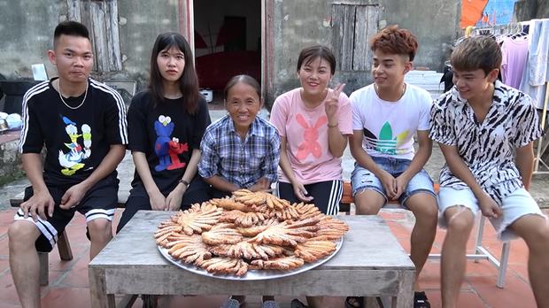 Làm món bánh tiêu phiên bản kinh dị, bà Tân Vlog bị soi nấu ăn mất vệ sinh-8