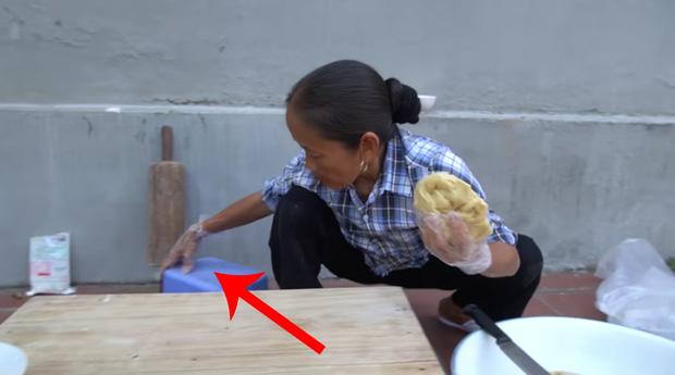 Làm món bánh tiêu phiên bản kinh dị, bà Tân Vlog bị soi nấu ăn mất vệ sinh-7
