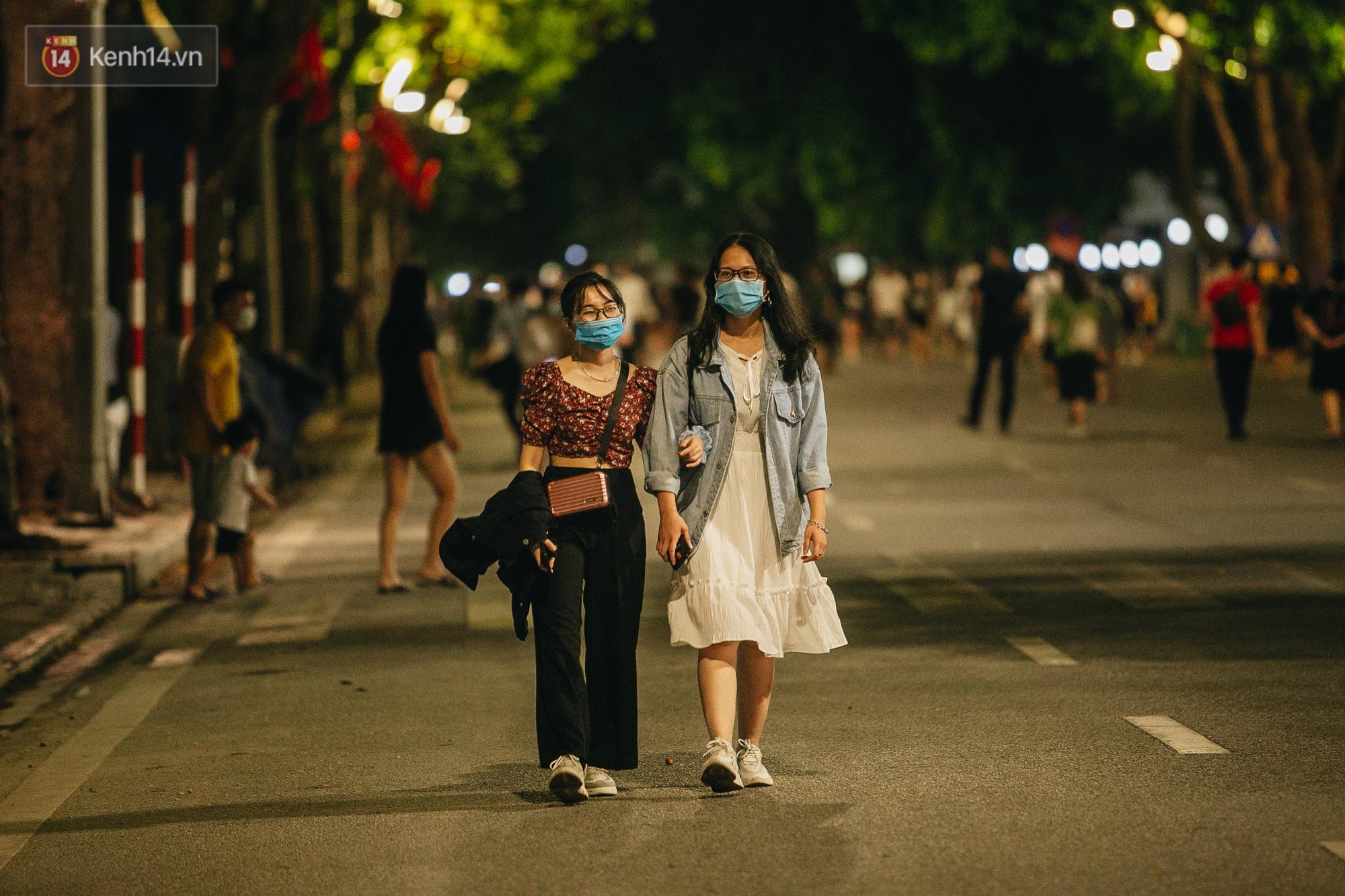 Hà Nội khuyến cáo người dân ăn mặc lịch sự, không nói tục ở phố đi bộ hồ Gươm-1