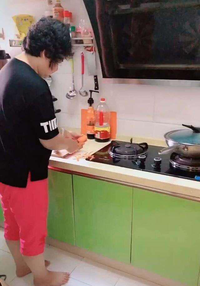 Bà bận nấu ăn trong bếp, quay ra đã thấy cháu xử lý chậu cây cảnh trụi sạch không còn 1 chiếc lá-1