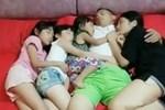 Nhận thấy điều bất thường trong bức ảnh chụp chồng và 3 con gái ôm nhau ngủ, người mẹ ngay lập tức quyết định cho con ngủ riêng