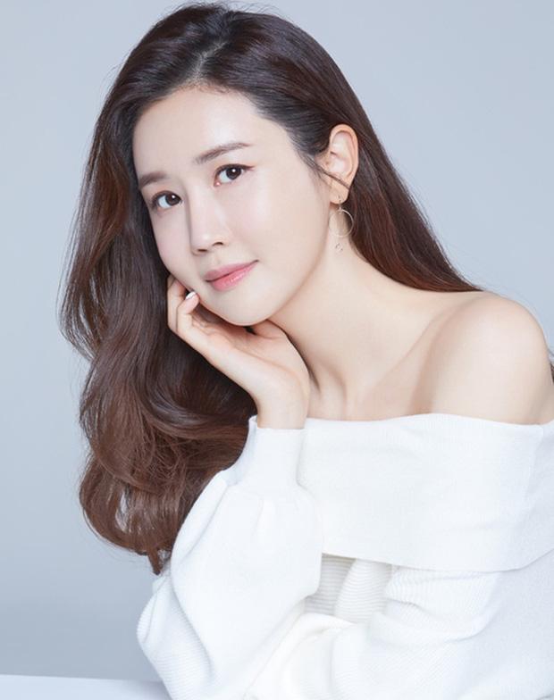 """Mỹ nhân dao kéo"""" thị phi nhất Kbiz Lee Da Hae: Hiện tượng 1 thời sụp đổ vì nghi án bán dâm, tình yêu bất ngờ với ca sĩ mát xa đèn mờ-1"""