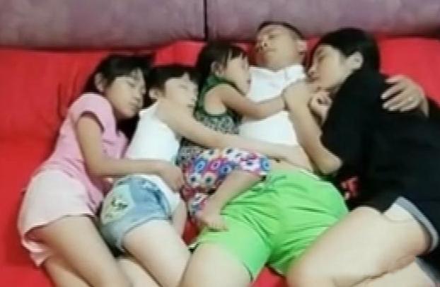 Nhận thấy điều bất thường trong bức ảnh chụp chồng và 3 con gái ôm nhau ngủ, người mẹ ngay lập tức quyết định cho con ngủ riêng-1