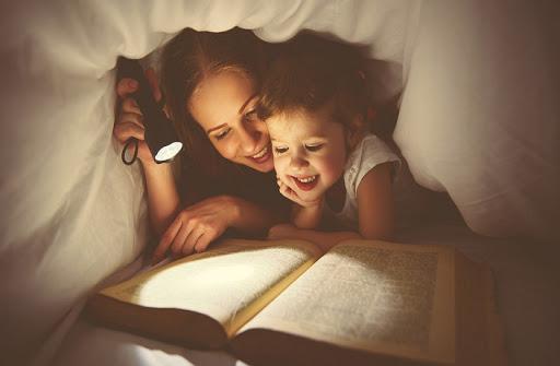 Nhận thấy điều bất thường trong bức ảnh chụp chồng và 3 con gái ôm nhau ngủ, người mẹ ngay lập tức quyết định cho con ngủ riêng-5