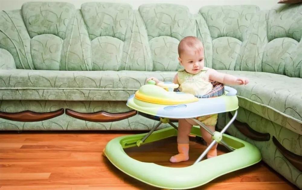 Giai đoạn đầu đời rất quan trọng, nếu muốn con có đôi chân dài và thẳng trong tương lai, cha mẹ cần tránh 4 hành vi nguy hiểm này-4