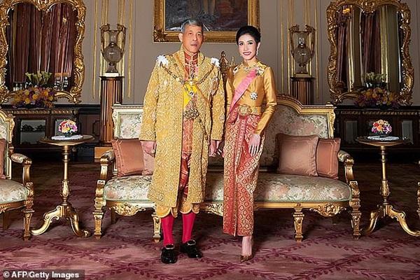 Hoàng hậu Thái Lan lần đầu xuất hiện sau khi Hoàng quý phi được phục vị, gây chú ý với vẻ ngoại hình trẻ trung và sự thân thiện-3