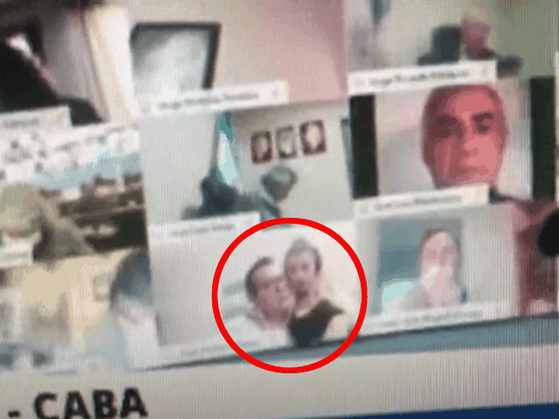 Nghị sĩ Argentina hồn nhiên hôn ngực bạn gái khi đang họp Quốc hội trên Zoom-1