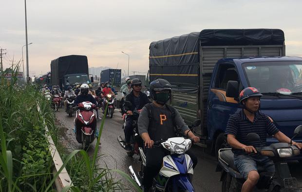 Xe khách nát đầu khi tông vào đuôi xe tải, tài xế tử vong, nhiều hành khách kêu cứu-4