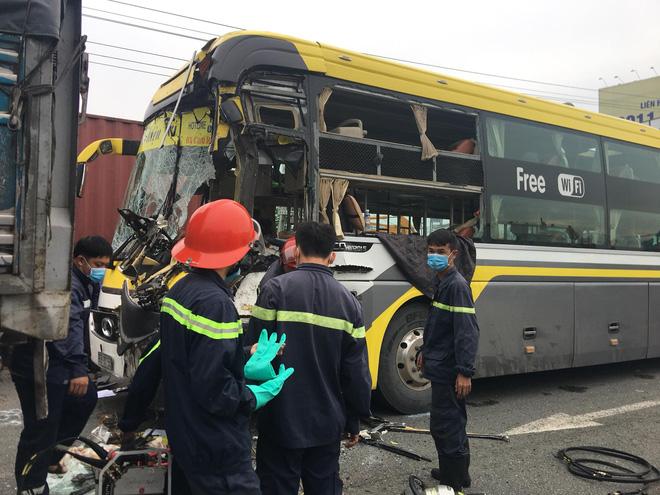 Xe khách nát đầu khi tông vào đuôi xe tải, tài xế tử vong, nhiều hành khách kêu cứu-3