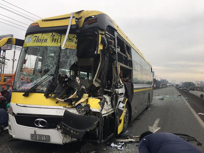 Xe khách nát đầu khi tông vào đuôi xe tải, tài xế tử vong, nhiều hành khách kêu cứu-2