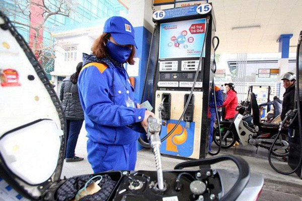 Giá xăng hôm nay tiếp tục giảm xuống mức 14.000 đồng/lít