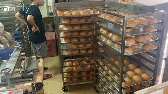 Vụ lò bánh mì ở Sài Gòn bị tố dùng thịt bẩn làm nhân, khu chế biến có giòi ngoe nguẩy: Chủ lò cũng không biết bé na ở đâu ra-1