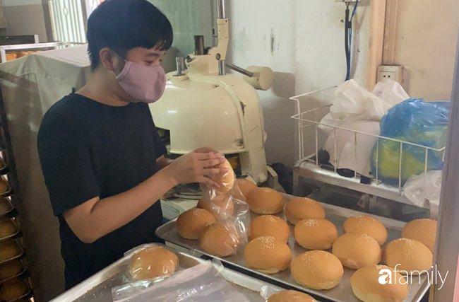 Vụ lò bánh mì ở Sài Gòn bị tố dùng thịt bẩn làm nhân, khu chế biến có giòi ngoe nguẩy: Chủ lò cũng không biết bé na ở đâu ra-4