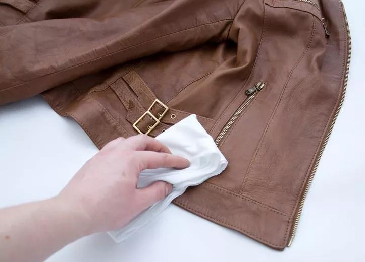 Bí quyết xử lý vết mốc trên áo da sau giấc ngủ hè dài, sẵn sàng cho mùa thu đông sành điệu và chất chơi-2
