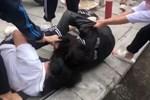 Nữ sinh lớp 9 bị đánh hội đồng, xé áo trước cổng trường-1