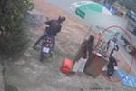 Nam thanh niên đứng trên yên khi điều khiển xe máy-1