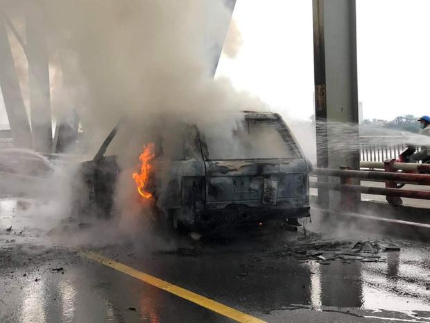 Hà Nội: Xế sang Range Rover bốc cháy ngùn ngụt trên cầu Chương Dương-6