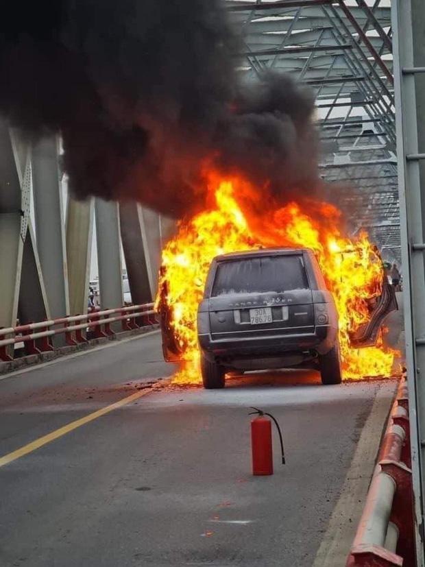 Hà Nội: Xế sang Range Rover bốc cháy ngùn ngụt trên cầu Chương Dương-3