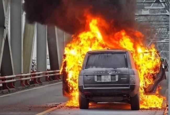 Hà Nội: Xác định danh tính tài xế thoát chết thần kỳ trong vụ cháy xe sang Range Rover trên cầu Chương Dương-1